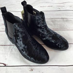 NWT TOMS Black Velvet Ella Chelsea Boot. Size 7